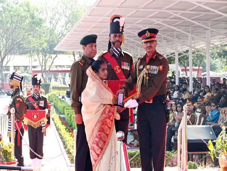 शहीद पति को मिले सेना मेडल प्राप्त करती हुई पत्नी रीता देवी।