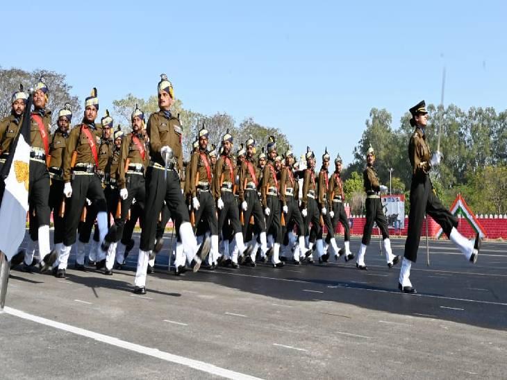 सेना के जवान सलामी देते हुए।