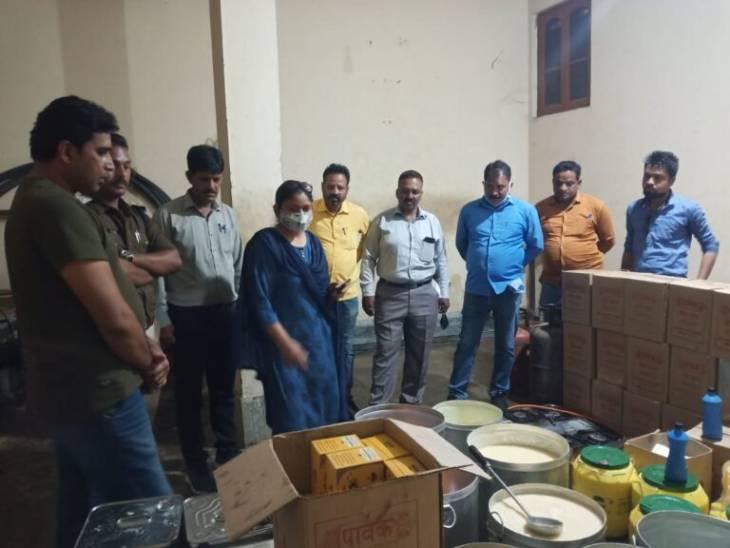 100 रुपए में तैयार करते थे एक किलो घी, 280 रुपए प्रिंट रेट दर्शा कर महाकौशल व विंध्य के जिलों में बेचते थे|जबलपुर,Jabalpur - Dainik Bhaskar