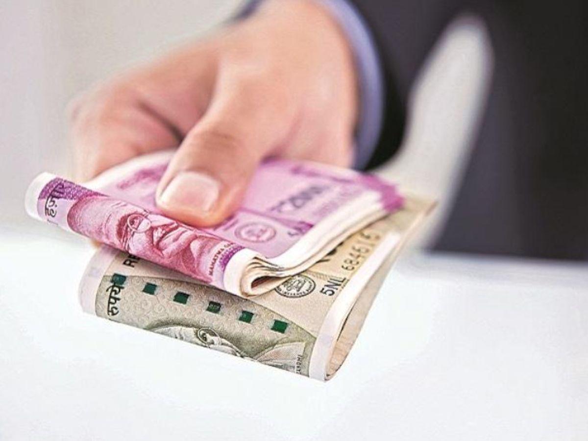 महाराष्ट्र की अंकलखोप पंचायत की अनोखी पहल: पंचायत का 63 लाख रुपए टैक्स बकाया था, इनाम का ऐलान किया गया तो लोगों ने 24 घंटे में 27 लाख जमा किए।