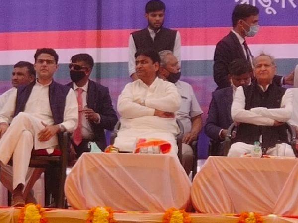 श्रीडूंगरगढ़ में कांग्रेस की किसान महापंचायत के मंच पर सीएम अशोक गेहलोत के साथ सचिन पड़ोसी हैं।