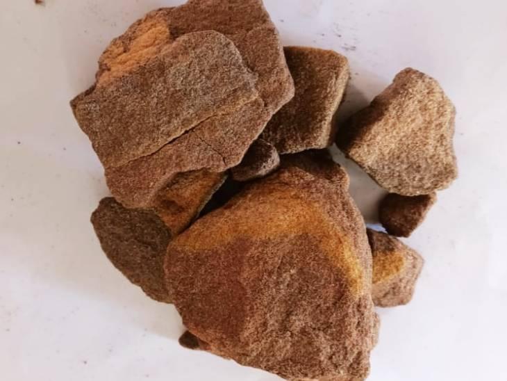 आरोपियों से जब्त किए गए पत्थर।