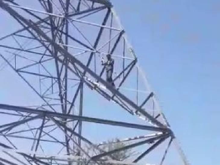 मुआवजे के लिए बना शोले का 'वीरू': पावर स्टूडियो से हुआ फसल को नुकसान, सुबह से रात भूखा-प्यासा मोबाइल टॉवर पर चढ़ा रहा युवक, एडीएम के आश्वासन के बाद रात 9:30 बजे उतरा