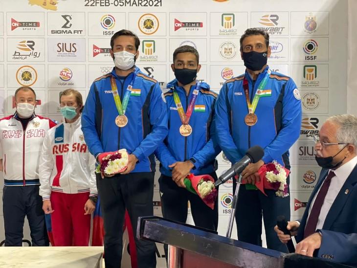 लॉकडाउन के बाद पहले इंटरनेशनल इवेंट शॉटगन वर्ल्ड कप  में भारतीय पुरुष स्कीट ने ब्रॉन्ज मेडल जीता है। टीम में अंगदवीर सिंह बाजवा, मैराज अहमद खान और गुरजोत खंगुरा शामिल रहे। - Dainik Bhaskar
