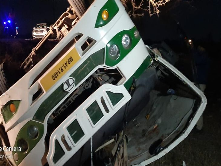 बारातियों से भरी बस पलटी, दो की मौत, 40 घायल, 7 गंभीर घायलों को उपचार के लिए इंदौर रैफर किया|इंदौर,Indore - Dainik Bhaskar