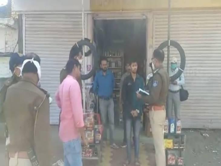 कोतवाली पुलिस पीड़ित हर्ष के बयान दर्ज करते हुए।