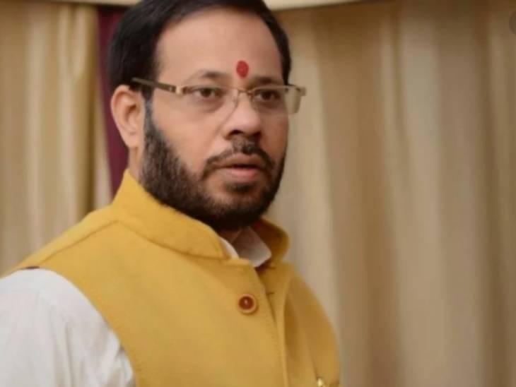 जांच में यह भी सामने आया है कि उन्होंने बिना सक्षम अधिकारी की अनुमति लिए दलितों की कई जमीनों को अपने नाम करा लिया। - Dainik Bhaskar