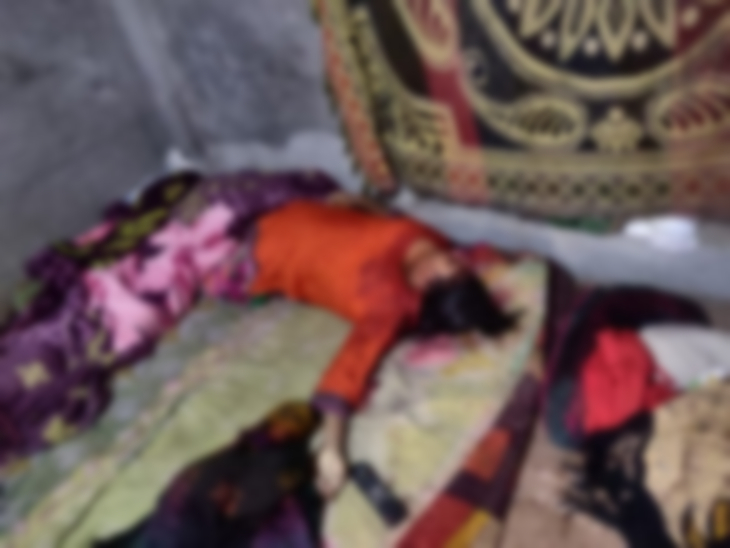 बेटी के साथ सो रही मां की हत्या: 4 महीने की बेटी को गोद में लेकर लेटी थी महिला, धारदार हथियार से सिर पर मारा;  पति पर दुष्कर्म का मामला दर्ज कराने माके में था