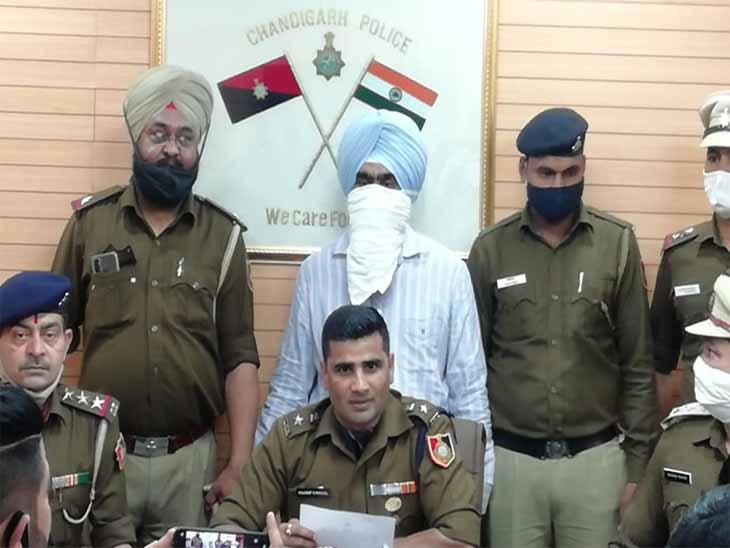 चंडीगढ़शराब ठेकों से खूद को अधिकारियों का पीए बताकर मुफ्त में शराब उड़ाने वाले मैट्रिक पासआरोपी को पुलिस ने पकड़ा|चंडीगढ़,Chandigarh - Dainik Bhaskar