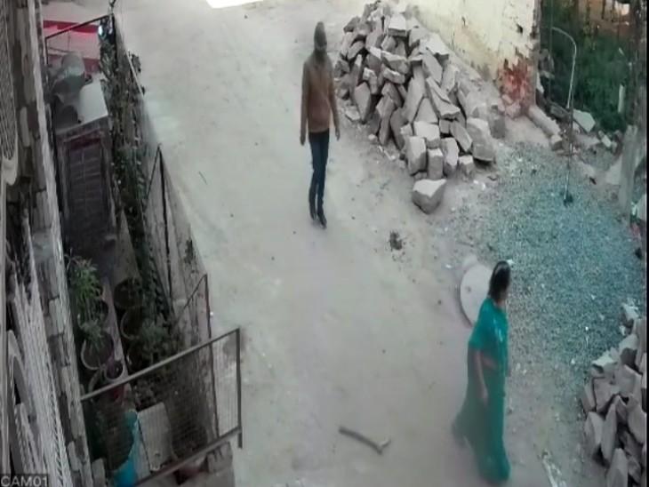 वारदात से पहले इस तरह बदमाश पैदल-पैदल महिला का पीछा करता रहा, घटना स्थल के पास सीसीटीवी में रिकॉर्ड हुआ मड्डा