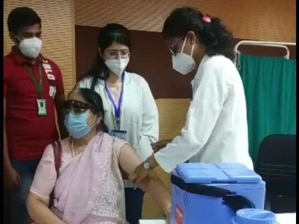 जयपुर के एसएमएस अस्पताल में 72 साल की मंगला दीक्षित को वैक्सीनेशन के दूसरे फेज का पहला टीका लगाया गया।  वे शिक्षा विभाग से डिप्टी डायरेक्टर पद से रिटायर्ड हैं।  उन्होंने कहा कि सुबह प्रधानमंत्री कोके लगवाते देखकर मुझे वैक्सीन लगवाने के लिए प्रेरणा मिली।
