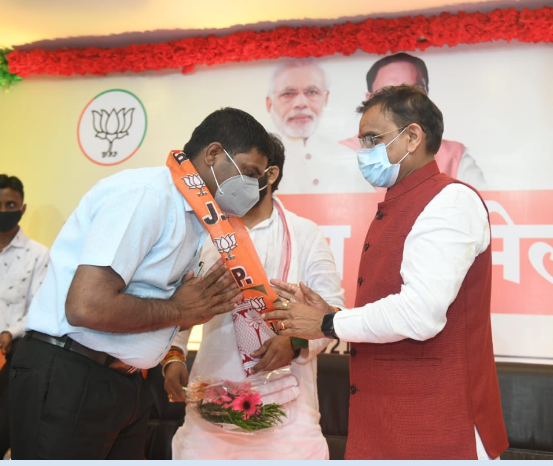 कांग्रेस का वाम के साथ: पूर्व मुख्यमंत्री कमलनाथ के गढ़ में एनएसयूआई नेताओं सहित कई लोग भाजपा में शामिल हैं