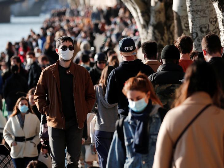 फ्रांस में कोरोना के मामले लगातार बढ़ रहे हैं। सरकार ने लोगों से सतर्क रहने की अपील की है। इसी के मद्देनजर लोग पेरिस में सीन नदी के किनारे मास्क पहनकर टहलते नजर आए। - Dainik Bhaskar