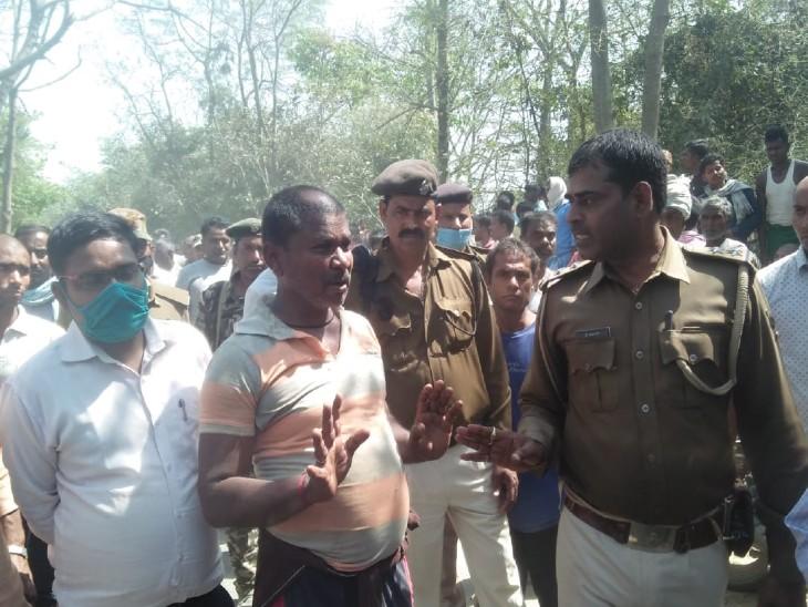 आक्रोशित ग्रामीणों को समझाती पुलिस।