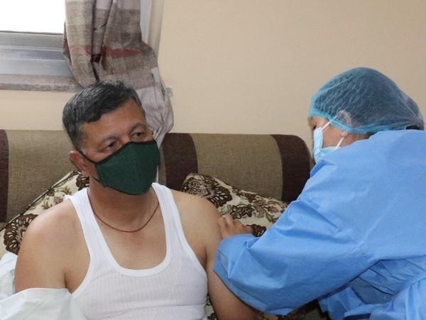 नेपाल के चीफ ऑफ आर्मी स्टाफ पूर्ण चंद्र थापा ने सोमवार को कोवीशील्ड का टीका लगवाया।
