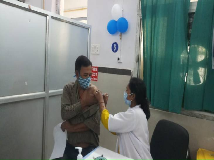 जिला अस्पताल विक्टोरिया में पत्नी के साथ पहला टीका लगवाने वाले शंभूनाथ बोले, अब डर-डर कर जीने से मिलेगी मुक्ति, पहले दिन 904 लोगों ने लगवाई वैक्सीन|जबलपुर,Jabalpur - Dainik Bhaskar