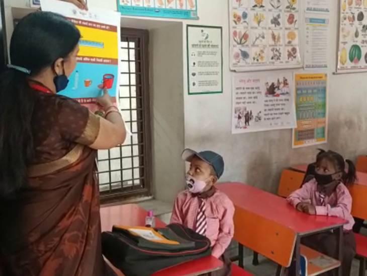 गोरखपुर में स्कूल खुला, चेहरे खिले: एक साल बाद स्कूल में पड़े कदम तो अभिभावक जैसे नजर आए टीचर, माथे पर तिलक और पुष्पवर्षा कर लगाई क्लास