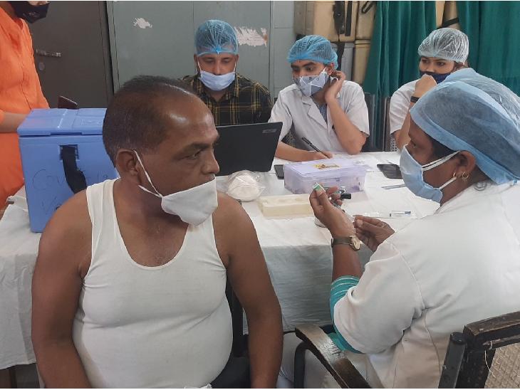 आम लोगों का कोविद वैक्सिनेशन: उज्जैन में दोपहर एक बजे तक 10 सेशन कार्यक्रमों पर 100 से अधिक लोगों को लग चुके हैं टीके