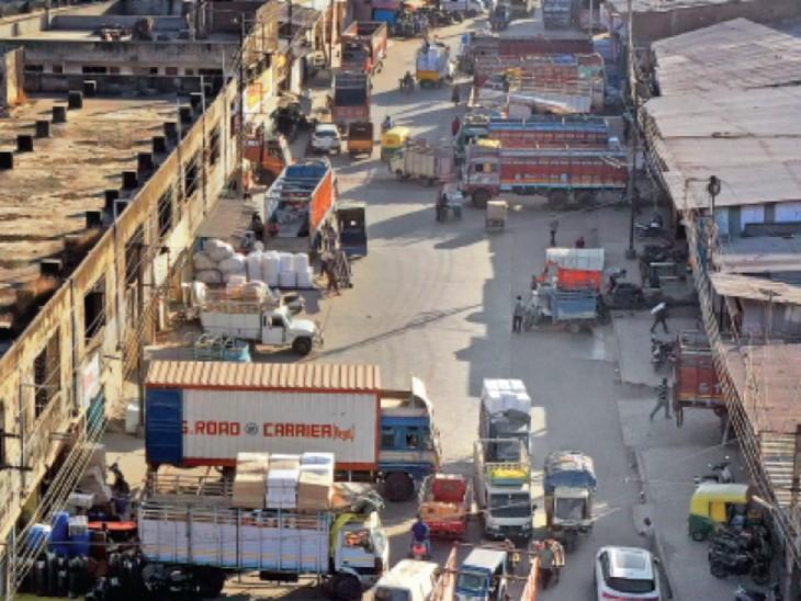 400 से ज्यादा व्यापारियों के कामकाज के चलते लोहा मंडी में दिनभर भारी वाहन आते हैं। फोटो | ओपी सोनी - Dainik Bhaskar