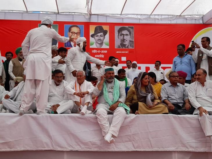 राकेश टिकैत समेत सभी नेता मंच पर साथ बैठे.