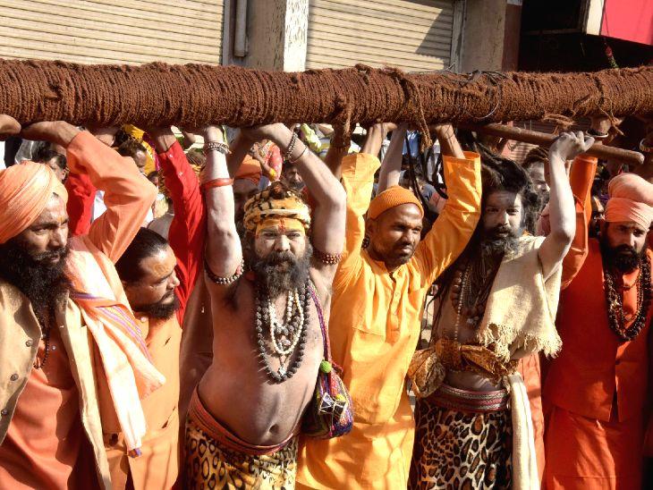 साधु-संतों का कुंभ के लिए हरिद्वार पहुंचना शुरू हो गया है।