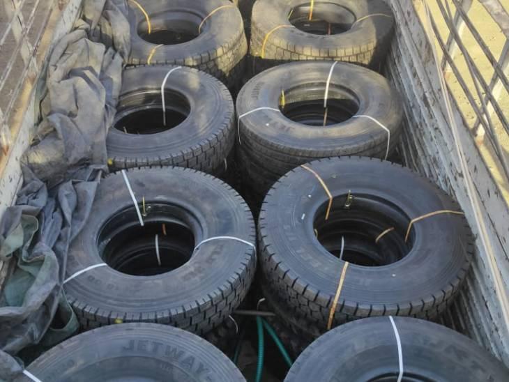 चोरी के टायर व ट्रक रुक: छत्तीसगढ़ से चुराए 8 लाख की कीमत के 40 टायर, बांदरी में ट्रक सहित पकड़े गए ग्वालियर के दोनों बदमाश।