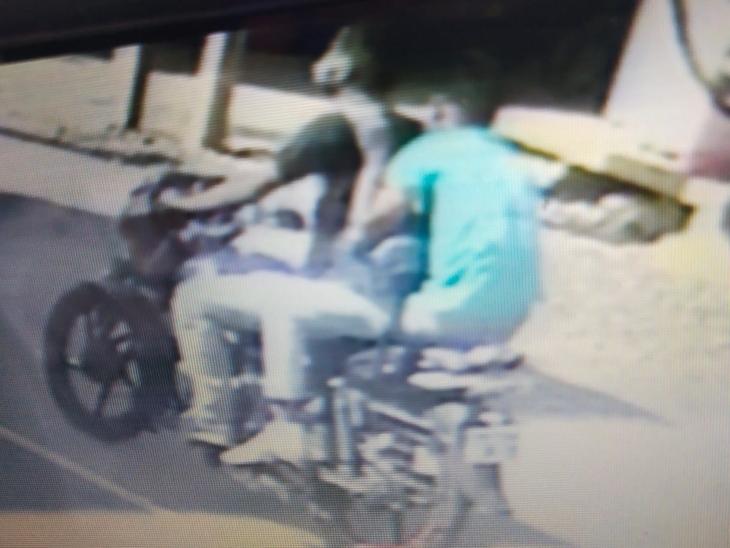 4 लाख की लूट का मामला: बैंक में रुपए जमा करने जा रहे पेट्रोल पंप मैनेजर से लूट लिया गया बैग, CCTV में कैद हुई बदमाश