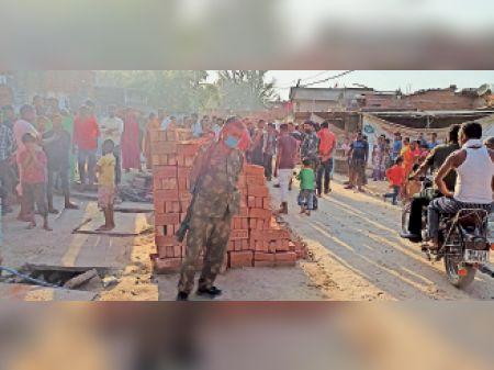 वर्चस्व को लेकर दो जगहों पर बमबाजी और गोलीबारी, चार खोखा भी बरामद मानपुर,Manpur - Dainik Bhaskar