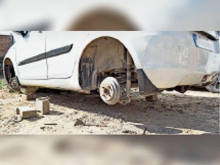 नगर निगम के एक्सईएन की कार के चाराें पहिए चोरी|पानीपत,Panipat - Dainik Bhaskar
