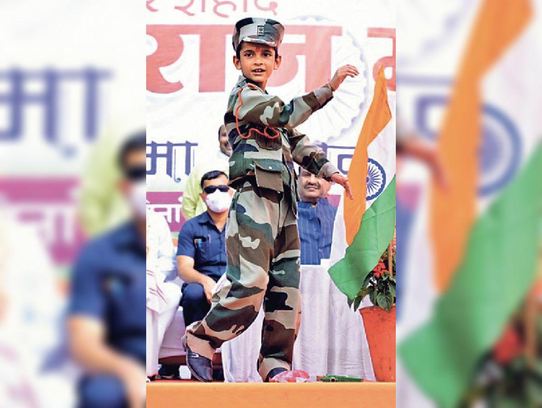 शहीद हेमराज की प्रतिमा अनावरण में उनके 6 वर्षीय बेटे फैंसी ड्रेस में मंच पर आए, कहा-मैं भी सेना में जाऊंगा|कोटा,Kota - Dainik Bhaskar