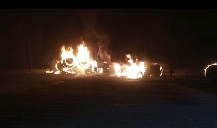 दर्दनाक हादसा, जिंदा जला ट्रक ड्राइवर: डंपर से टक्कर के बाद ट्रक में लगी आग, स्टेयरिंग में फंता रह गए घायल ड्राइवर;  लोग वीडियो बनाते रहते हैं