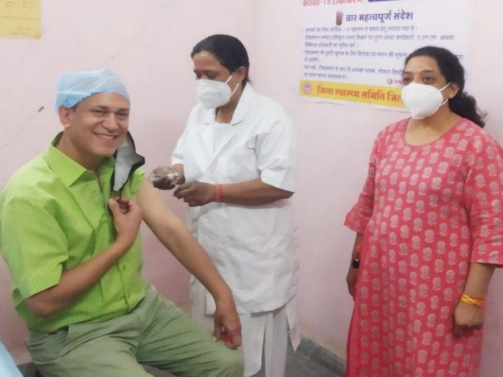 डॉ।  मनोज भटनागर ने पूछालाल चुरिया अस्पताल में टीका लगाया गया।