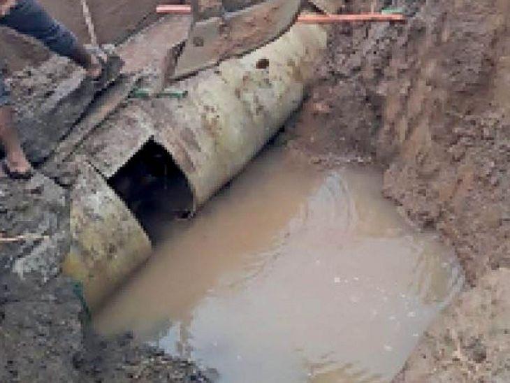 फूटी नर्मदा लाइन ने प्यासा रखा: 28 टंकियों खाली रहने से 30 से ज्यादा कॉलोनियों में सुबह नहीं पहुंची नर्मदा जल, 3 लाख से ज्यादा लोग पानी के लिए परेशान हुए