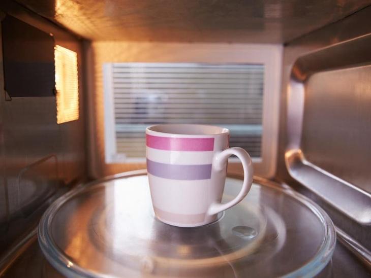 चाय को कभी माइक्रोवेव क्यों न करें? जानिए इससे जुड़ी जरूरी बातें और होने वाले नुकसान के बारे में|लाइफस्टाइल,Lifestyle - Dainik Bhaskar