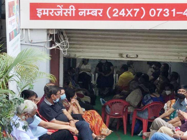 इंदौर में उत्साह का टीका: वैक्सीन लगवाने 1 घंटा पहले पहुंचे बुजुर्ग, कई अस्पतालाें में भीड़ उमड़ी, पीसी सेठी में पुलिस ने संभाला मोर्चा, टीके की तय संख्या में ही पूरी तरह से हुई।