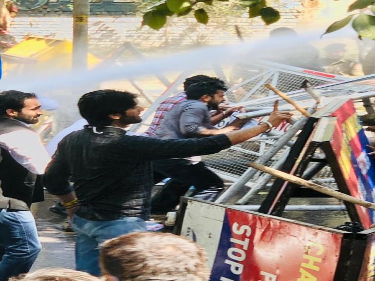 चंडीगढ़ में NSUI और यूथ कांग्रेस के नेताओं व कार्यकर्ताओं का पैदल मार्च; पुलिस ने लाठीचार्ज किया, पानी की बौछारें फेंककर खदेड़ा चंडीगढ़,Chandigarh - Dainik Bhaskar