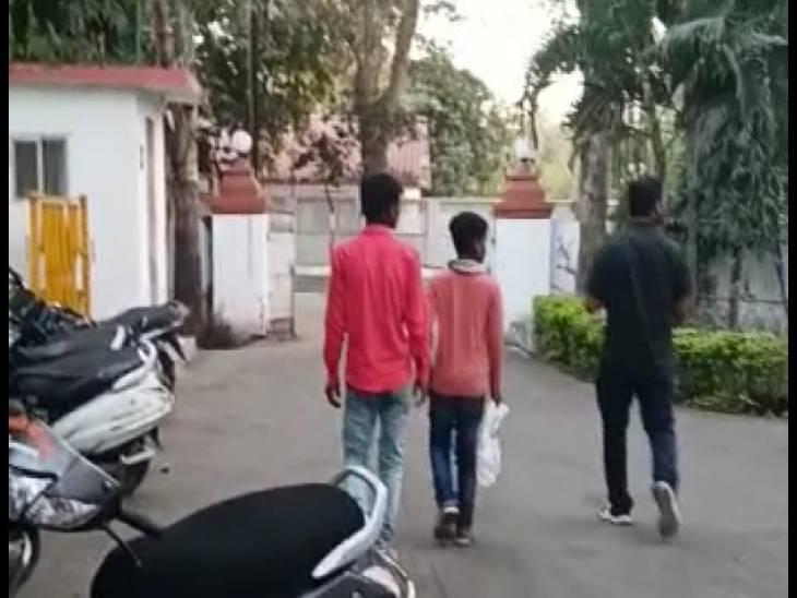 मोबाइल चोरी के आरोप में 10 साल के मासूम काे ऐसा मारा कि फट गया कान का पर्दा, शिकायत हुई तो करवा लिए कोरे कागज पर हस्ताक्षर|जबलपुर,Jabalpur - Dainik Bhaskar
