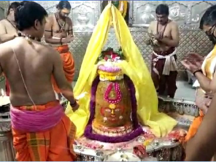 शिवनवरात्रि: महाकलेश्वर मंदिर में शिवनवरात्रि महापर्व प्रारंभ, दिगंबर रूप में विराजमान बाबा महाकाल ने वस्त्र धारण किए