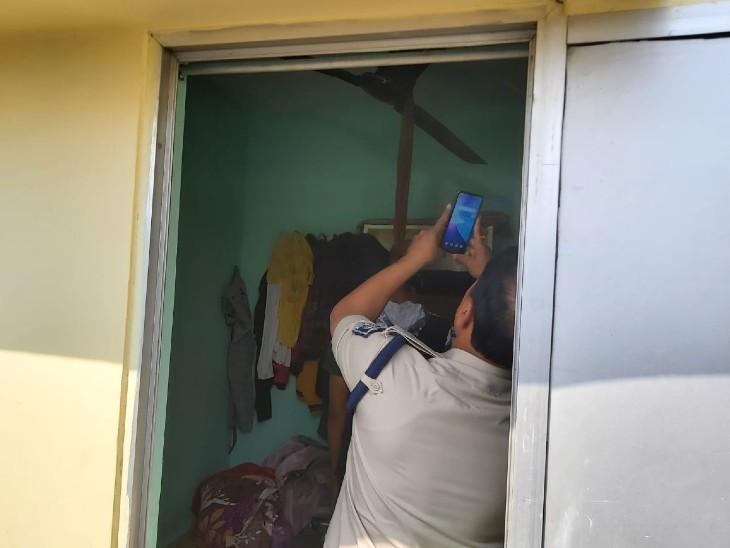 मोबाइल से घटना का वीडियो बनाती पुलिस।