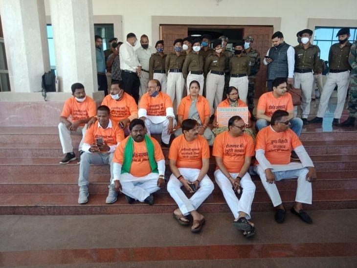 BJP के विधायक सरकार विरोधी नारे लिखा टी-शर्ट पहन कर विरोध जता रहे हैं।