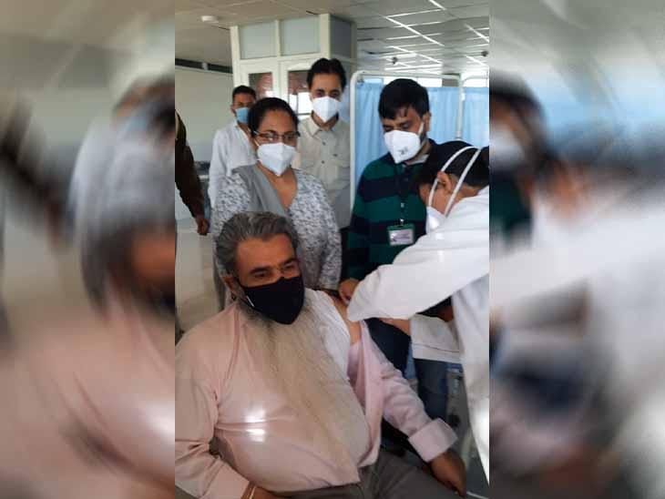 मोहाली के सिविल अस्पताल फेज-6 में बुधवार को पंजाब के कैबिनेट मंत्री भारत भूषण आशू ने डोज ली