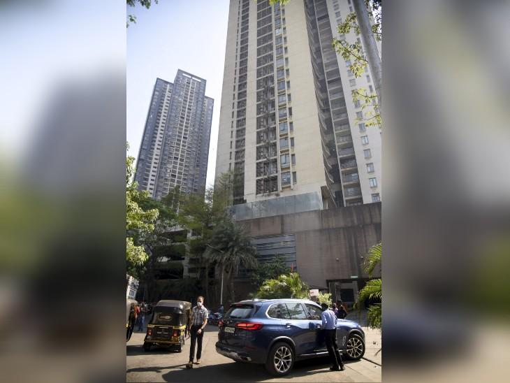 बुधवार को छापेमारी की कार्रवाई के दौरान आयकर अधिकारियों की टीम कई बार अनुराग कश्यप के घर जाती हुई दिखी।