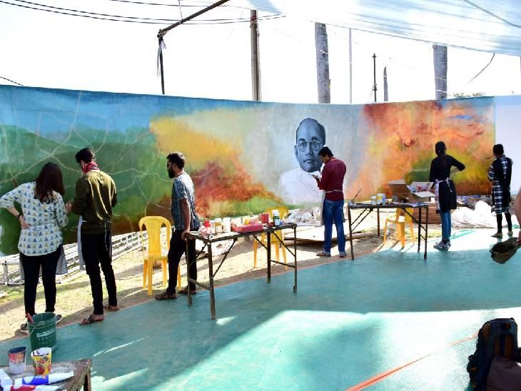 देश के हर प्रांत से पहुंचे कलाकार कल्पना को दे रहे आकार।