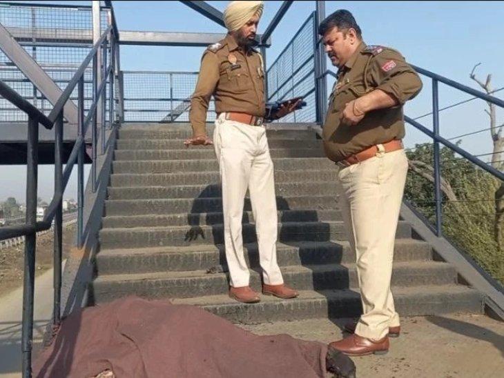 मनप्रीत कौर के शव को कब्जे में लेने की कार्रवाई करती पुलिस।