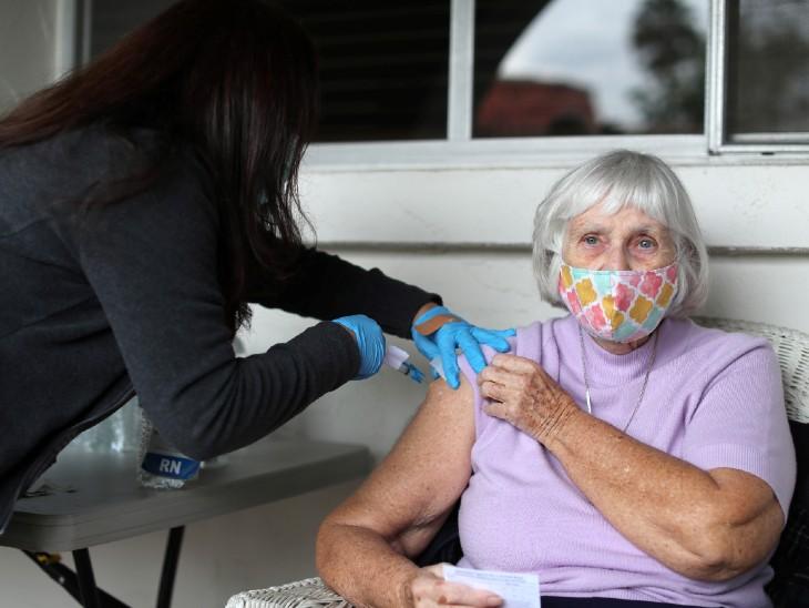 अमेरिका के कैलेफोर्निया में कोरोना की वैक्सीन लगवाती 84 साल की बुजुर्ग महिला। कैलिफोर्निया में अब तक करीब 36 लाख लोग संक्रमित हो चुके हैं।