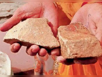 आराेपी तांत्रिक ने पत्थराें पर पर ऐसे पाॅलिश कर रखी थी, जिससे लगे कि पत्थर साेने का है।