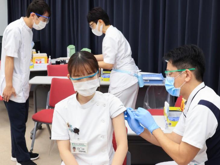 फोटो जापान के टोक्यो शहर की है। यहां कोरोना वैक्सीन लगवाती मेडिकल वर्कर। जापान में फिर से कोरोना संक्रमितों की संख्या में बढ़ोतरी शुरू हो गई है।