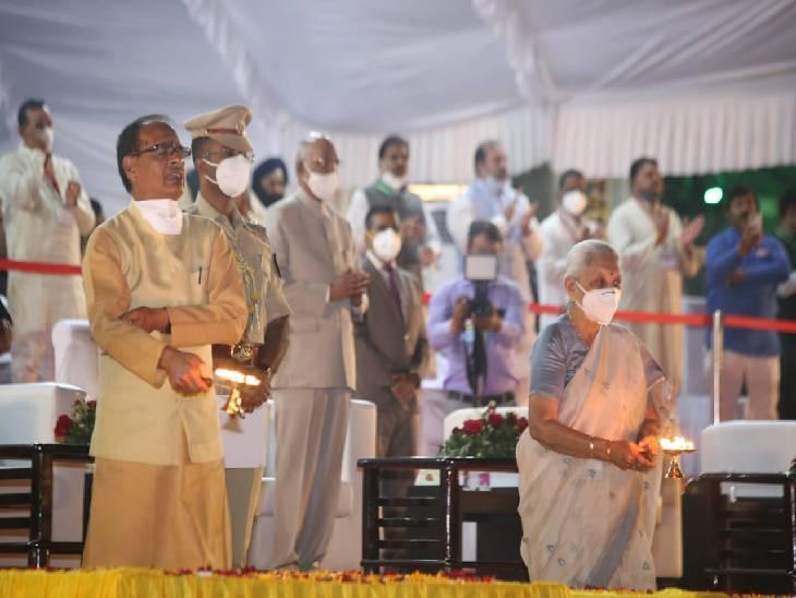राज्यपाल आनंदीबेन पटेल और सीएम शिवराज सिंह महाआरती करते हुए।