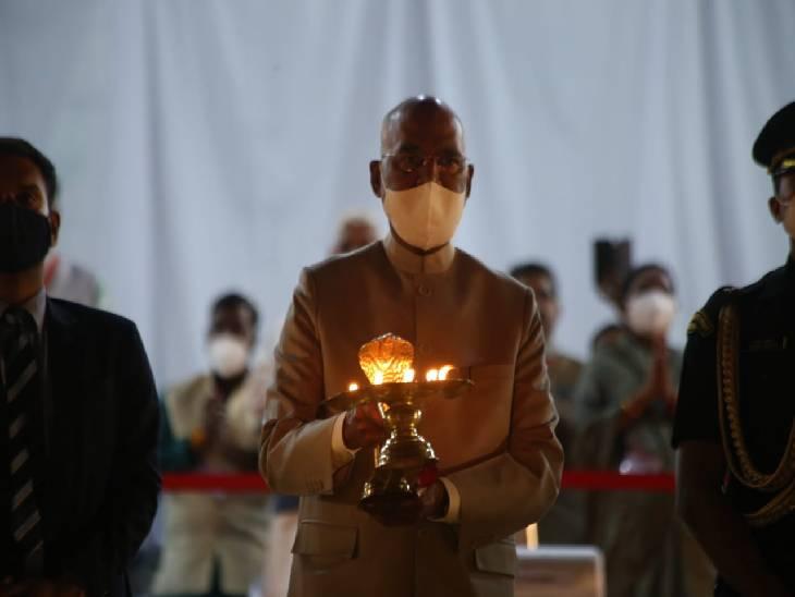 राष्ट्रपति रामनाथ कोविंद मां नर्मदा की महाआरती करते हुए।