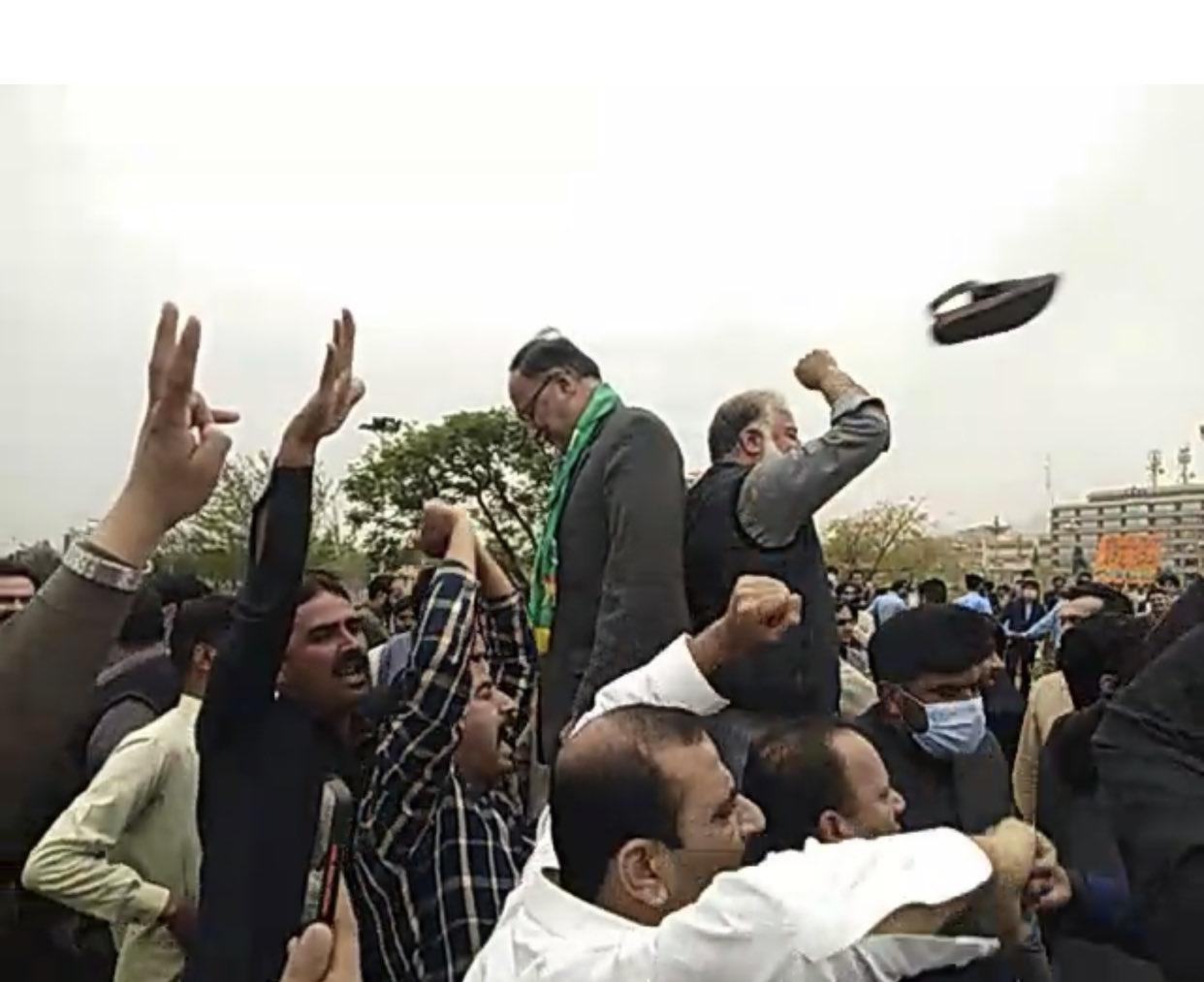 असेंबली के बाहर चल रहे हंगामे के दौरान किसी ने PML-N के नेता अहसान इकबाल के ऊपर चप्पल उछाल दी।